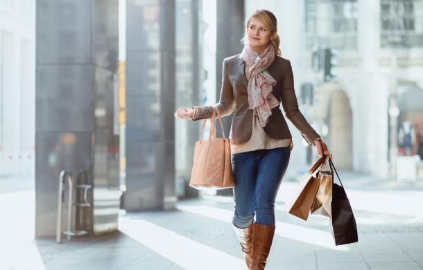 Młoda kobieta ztorbami zakupowymi